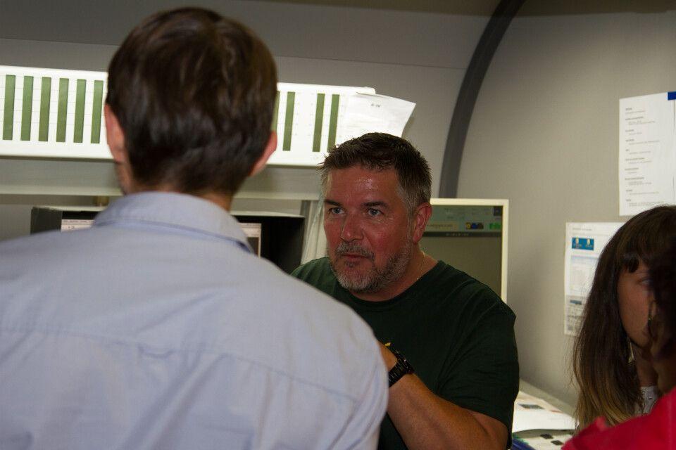 Mario Seliger (Druckerei Vetters) führte unser Reiseteam durch die Druckerei in Radeburg und erklärte den Druckprozess unseres Kataloges.