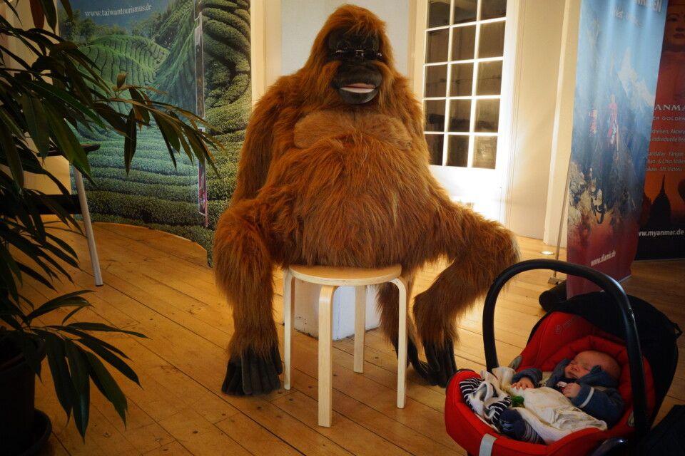 Der Plüsch-Orang-Utan bewachte den Schlaf dieses süßen Babys.