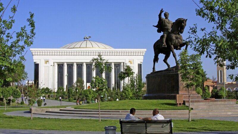 Amur Timur-Denkmal mit Kongresspalast © Diamir