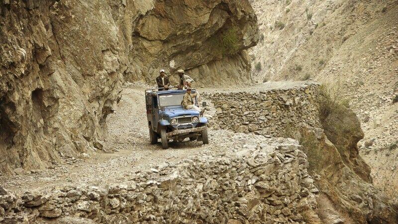 Mit dem Jeep geht es einigermaßen abenteuerlich hinauf ins Dorf Tato. © Diamir