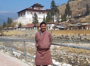 Chencho Dorji vor dem Dzong in Paro