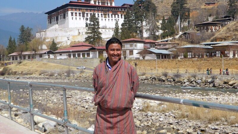 Chencho Dorji vor dem Dzong in Paro © Diamir