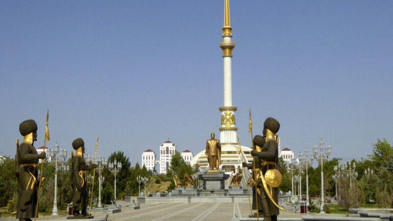 Turkmenistan - Ashgabat - Unabhängigkeitsdenkmal © Diamir
