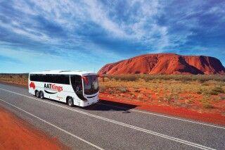 AAT Kings Busfahrt entlang des Uluru