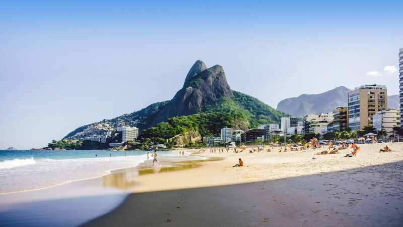 Ipanema-Strand mit Berg Dois Irmaos in Rio de Janeiro © Diamir