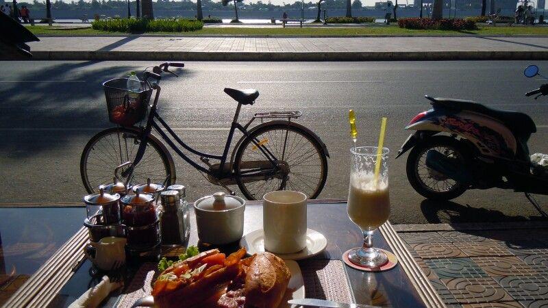 Frühstück am Mekongufer in Phnom Penh © Diamir