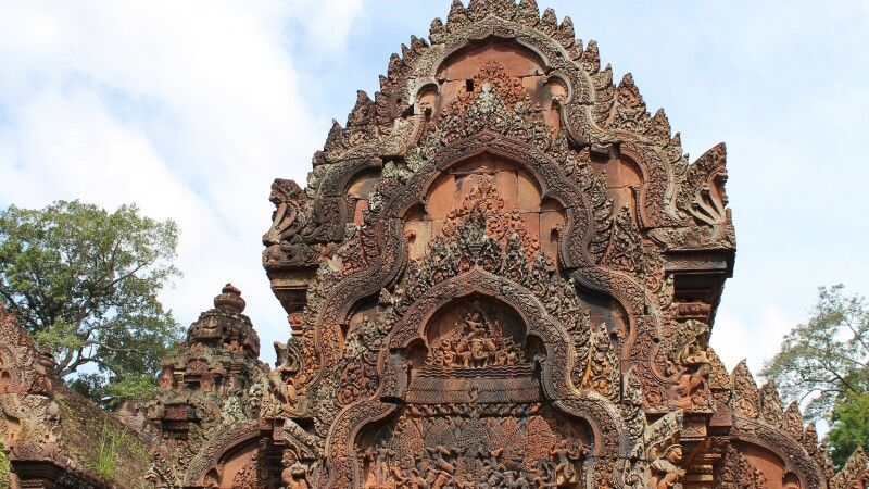 Außergewöhnlich sind die Flachreliefs auf den Portalgiebeln in Banteay Srei © Diamir