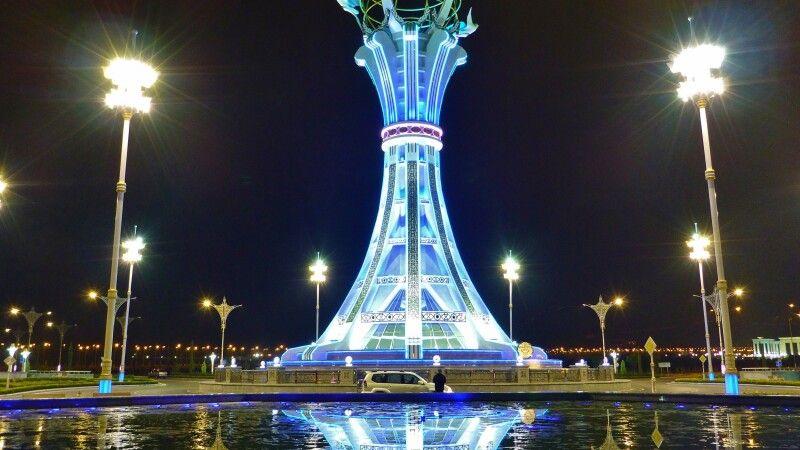 Beleuchteter Turm in Ashgabat © Diamir