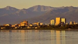 Die Skyline von Anchorage vor den Chugach Mountains