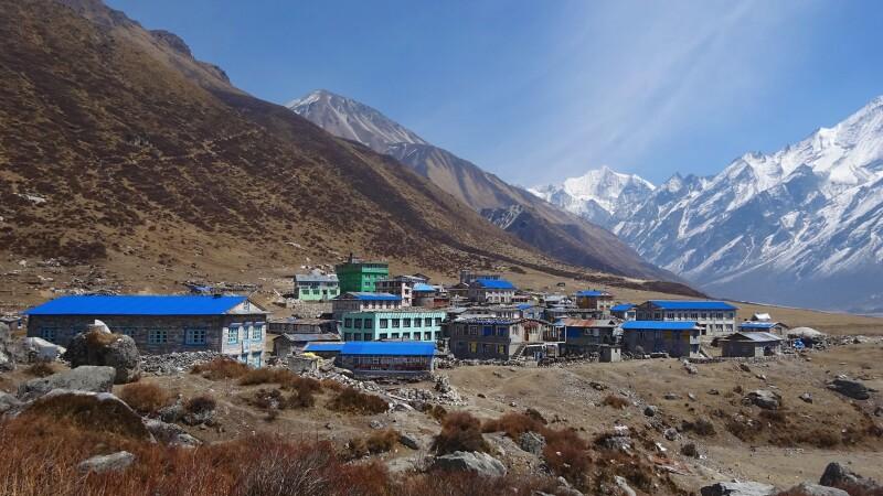 in neuem Glanz erstrahlt das wiederaufgebaute Bergdorf Kyanjin Gompa (3830m) © Diamir