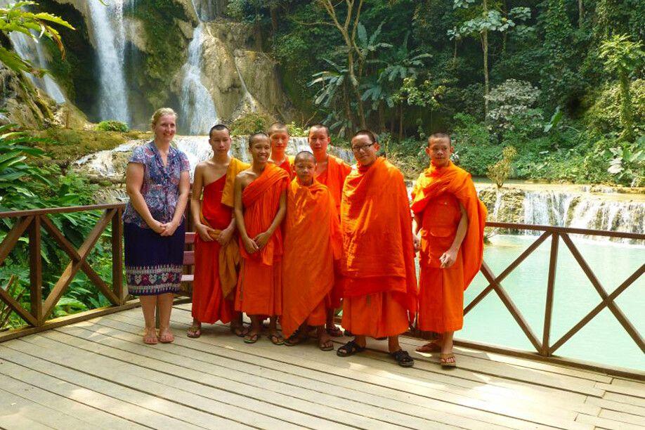 Ausflug der Mönche zu den Wasserfällen von Kuang Si in Laos