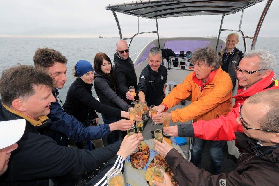 Tagesausflug nach Walvis Bay. Hier kann man Pelikane oder Robben aus der Nähe beobachten, eine kleine Hafenrundfahrt genießen und natürlich bei einem BBQ auch frisch gefangene Austern verkosten. In der Nähe des Hansa Hotel Swakopmund.