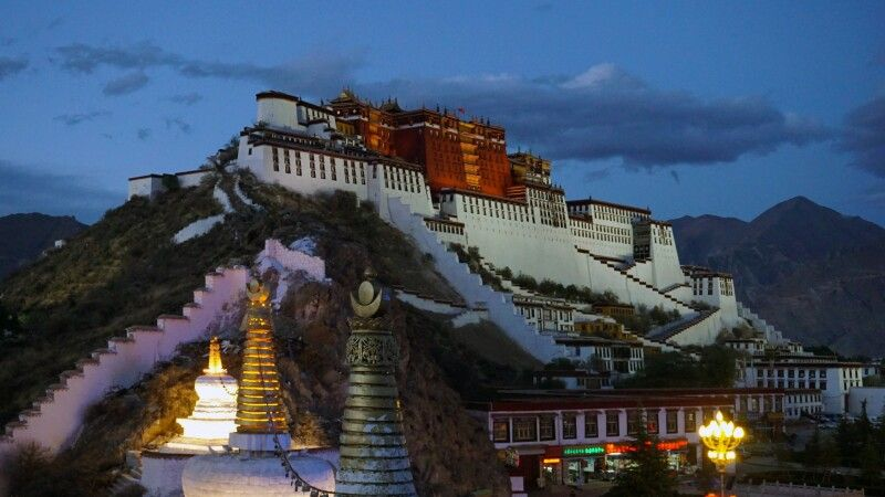 Potala Palast bei Nacht in Lhasa © Diamir