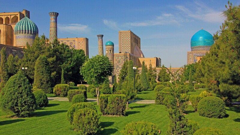 Parkanlage direkt hinter dem Registan in Samarkand © Diamir