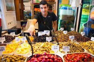 Olivenverkäufer auf dem Karmel Markt in Tel Aviv