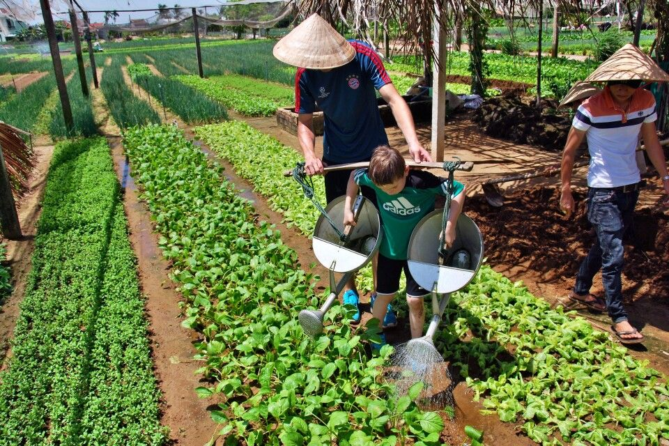 Landarbeit gemeinsam ausprobieren