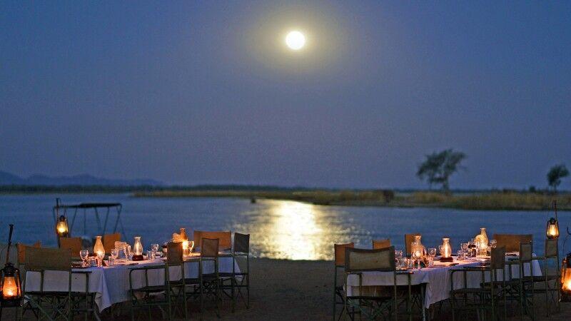 idyllisches Abendessen am Fluss im Chiawa Camp © Diamir