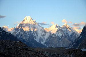 Die Abendsonne taucht die Gasherbrum-Gruppe in ein besonders schönes Licht.