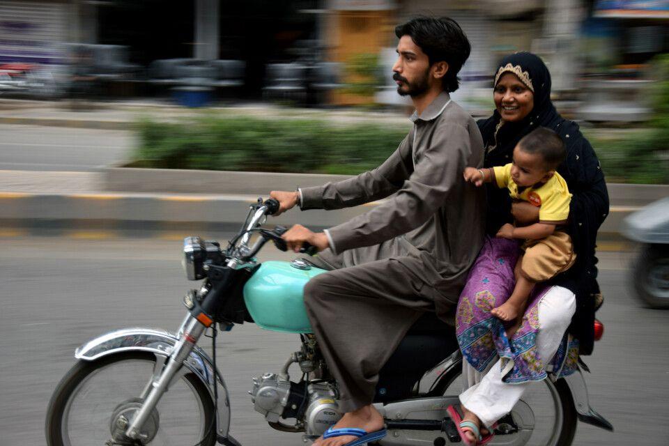 Zu dritt saust es sich locker durch Islamabad.