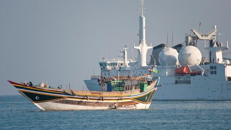 Dhau vor Kriegsschiff in Djibouti Stadt © Diamir