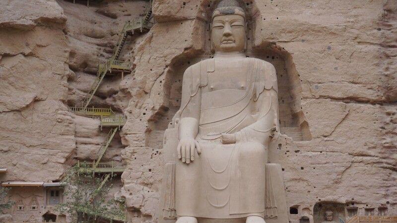 Große Buddha-Statue in den Bingling-Grotten bei Lanzhou © Diamir