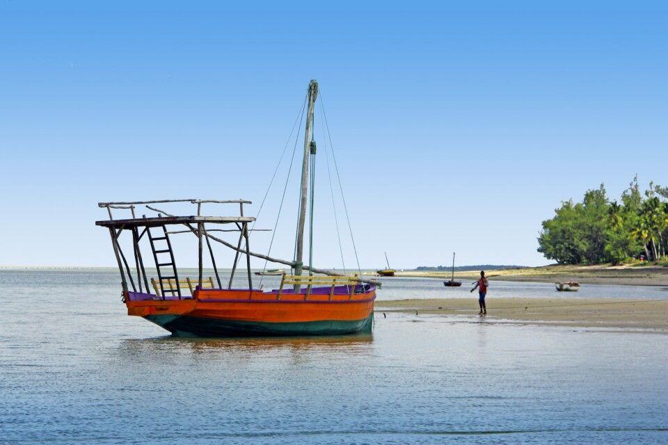 Dhau am Strand von Mosambik