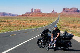 Motorrad auf der Zufahrt zum Monument Valley