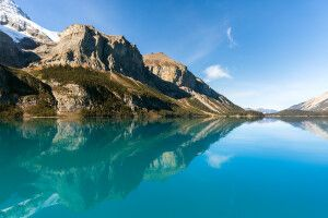 Mountains at Maligne Lake. / Montagnes bordant le lac Maligne