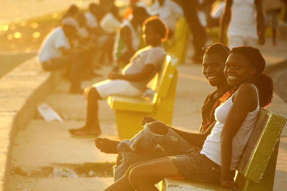 Junges Paar an der Strandpromenade von Beira