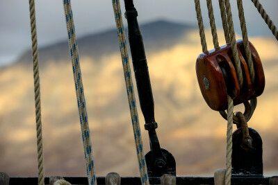Sonnenschein auf den Bergen um Longyearbyen, während die Antigua im Hafen liegt