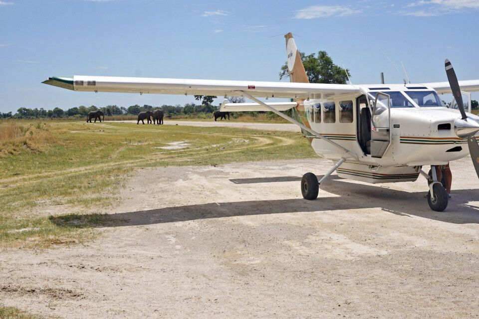 Ntswi, Kleinflugzeug auf der Landebahn