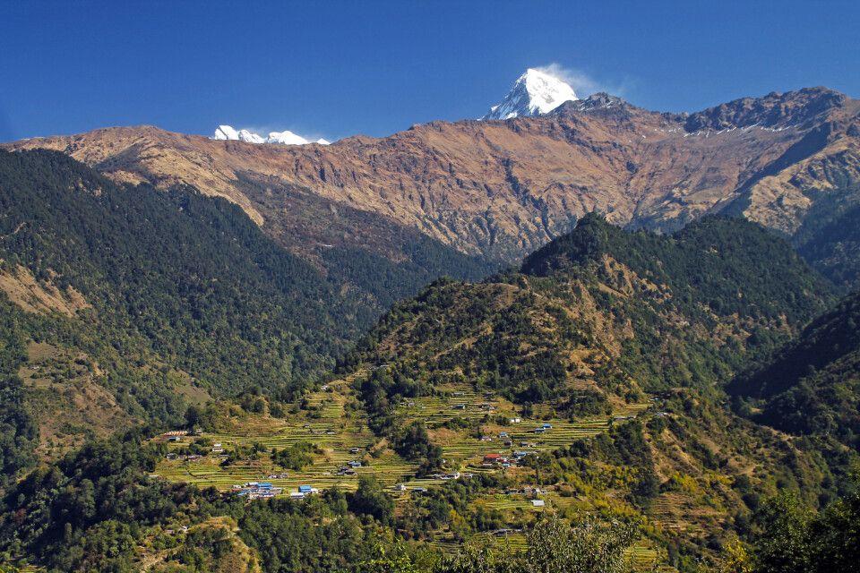 Unzählige Dörfer und Terrassenfelder eingebettet in malerischer Szenerie
