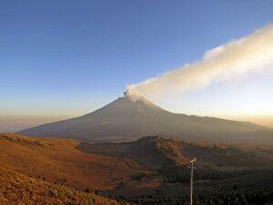 Der aktive Vulkan Popocatepetl mit Aschewolke im Abendlicht