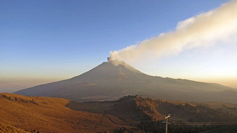 Der aktive Vulkan Popocatepetl mit Aschewolke im Abendlicht © Diamir