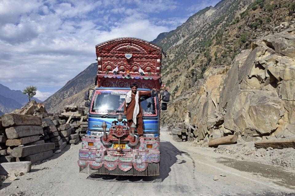Die pakistanische Art und Weise der Beförderung ist sicher nicht StVO-konform!