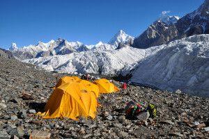 Mit Blick auf den Broad Peak übernachtet es sich auf dem Baltoro-Gletscher besonders gut.