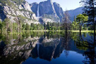 Yosemite Falls spiegeln sich im See, Kalifornien