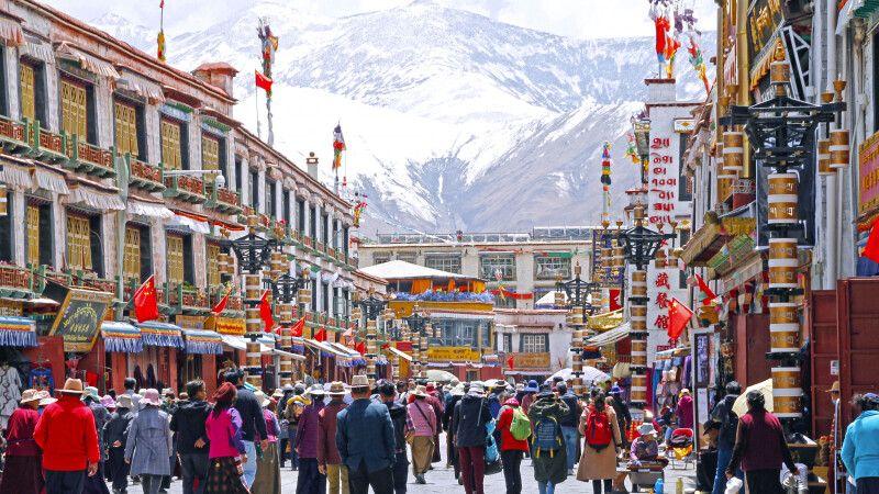 Pilger auf dem Barkhor in Lhasa © Diamir