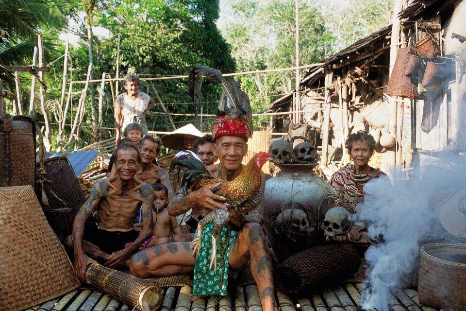 Männer mit Tätowierungen auf Schultern und Armen in Borneo