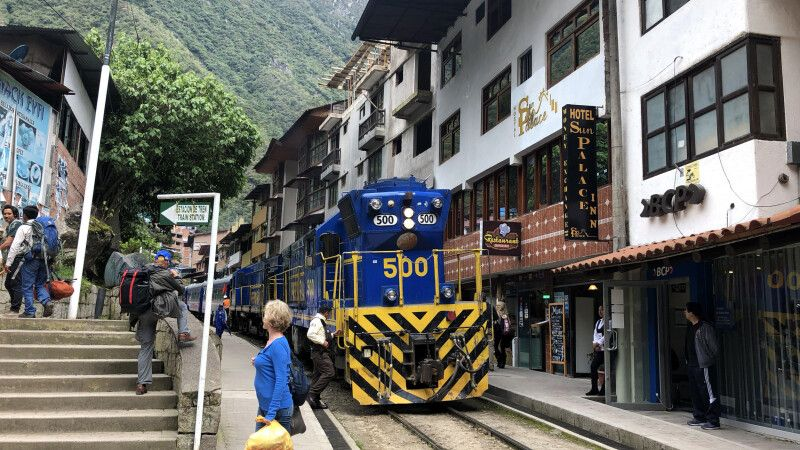Per Zug durch Aguas Calientes © Diamir