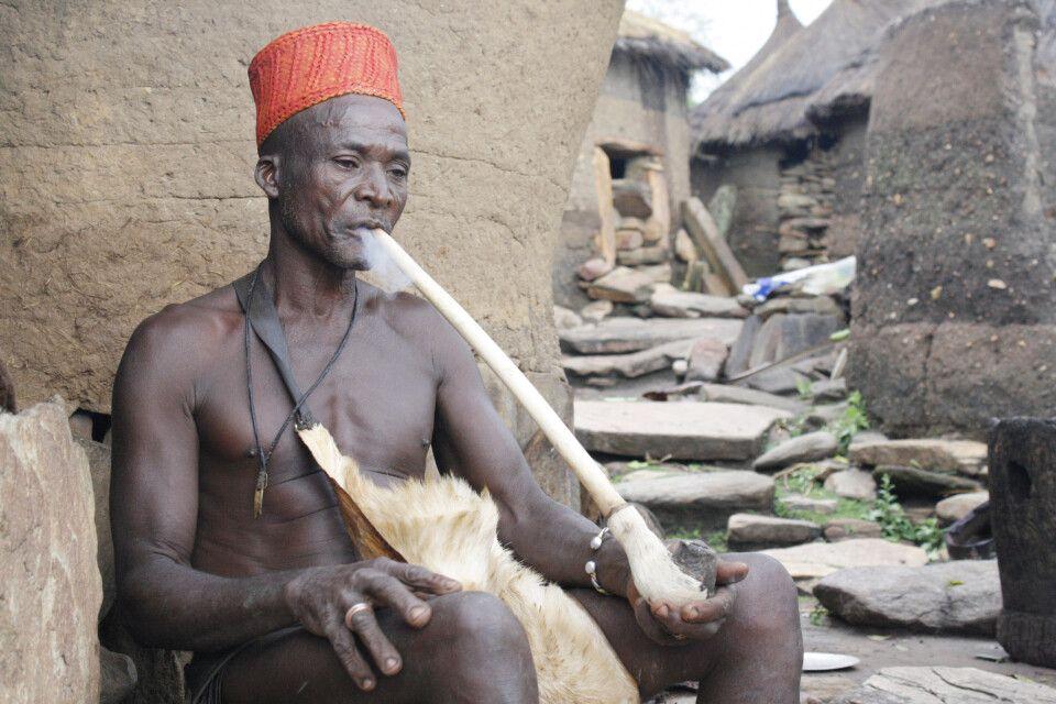 Priester und Orakel des Königs der Yom in Taneka. Auch im Norden Benins ist der Voodooglaube zu finden. Jedes Dorf vollführt hierbei unterschiedliche Riten - ein einheitliches Voodoobild gibt es nicht.