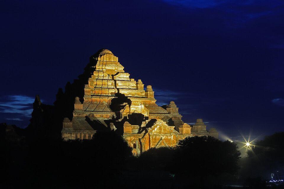 Bagan: Pagode in der blauen Stunde