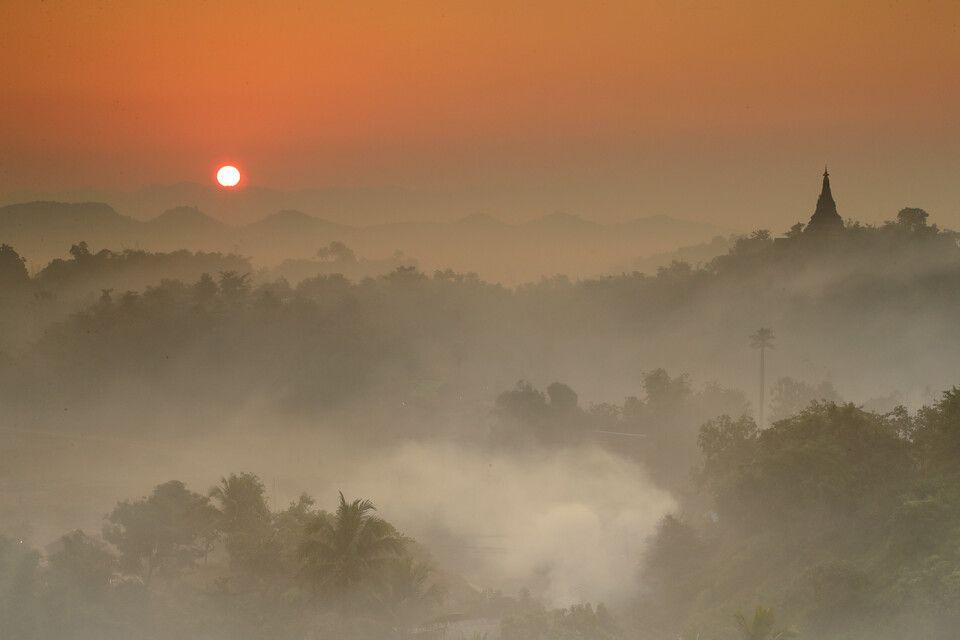 Sonnenaufgang über Mrauk U