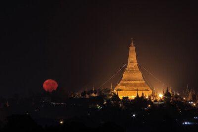 Monduntergang über der Shwedagon-Pagode