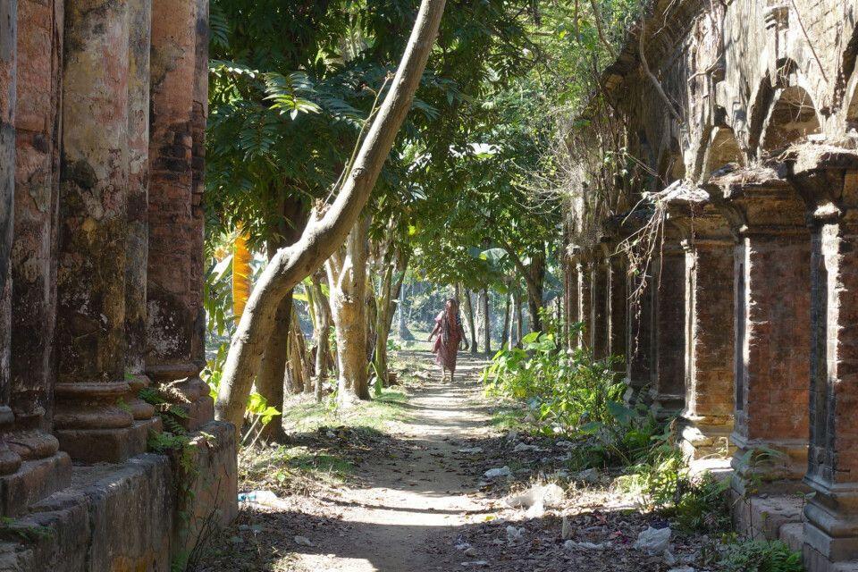 Zwischen Tempelruinen in Puthia
