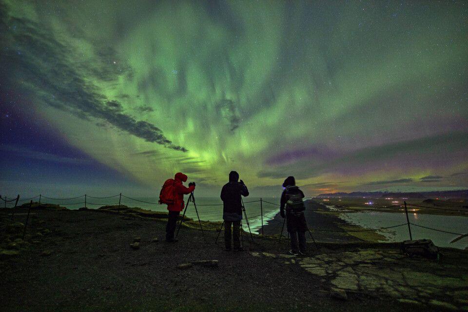 Die Fotogruppe unter Nordlicht am Kap Dyrholaey