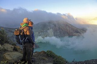 Blick in den Krater des Ijen-Vulkans