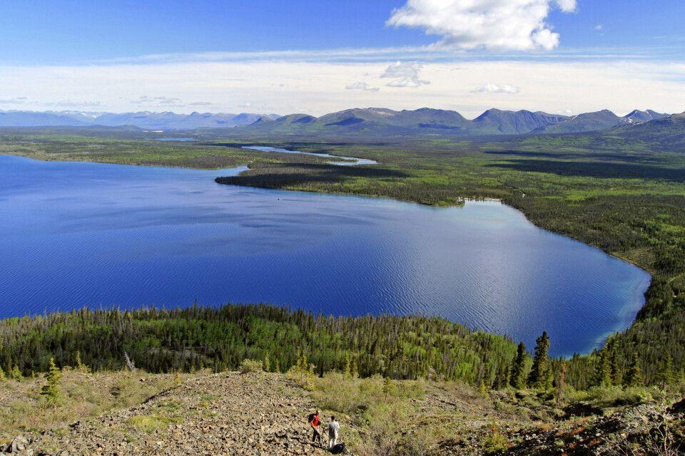 Wanderer über dem traumhaften Kathleen Lake im Kluane-Nationalpark