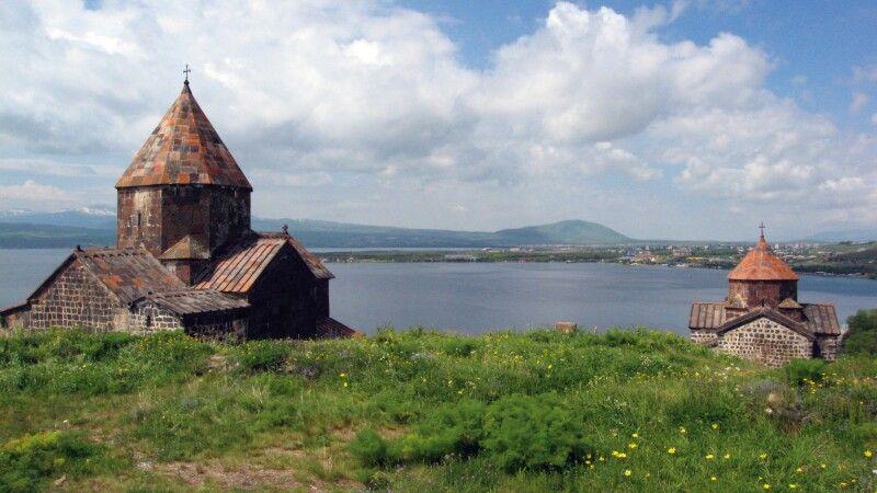 Sewan Halbinsel mit Sevanavank Kloster (Sewanawank) Sewan See © Diamir
