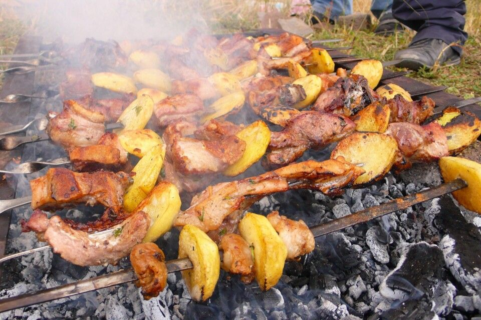 Kartoffeln und Fleisch auf Spieß
